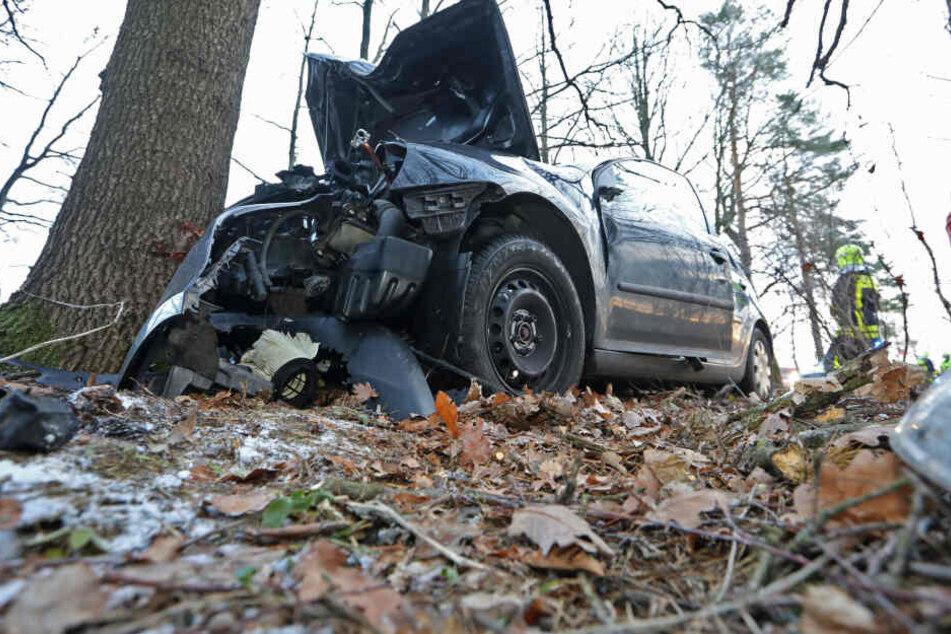 VW kracht in Eiche: Fahrerin schwer verletzt