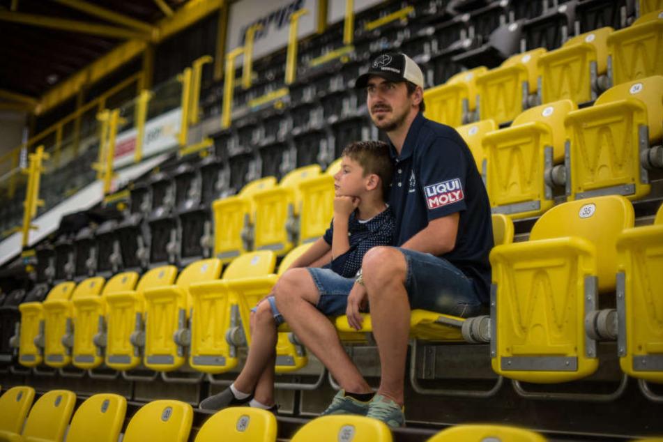 Das Eishockey-Gen hat Petr Macholda an seinen Sohn Matthias weitervererbt. Beide sind gern in einer Eishalle und schauen anderen zu.