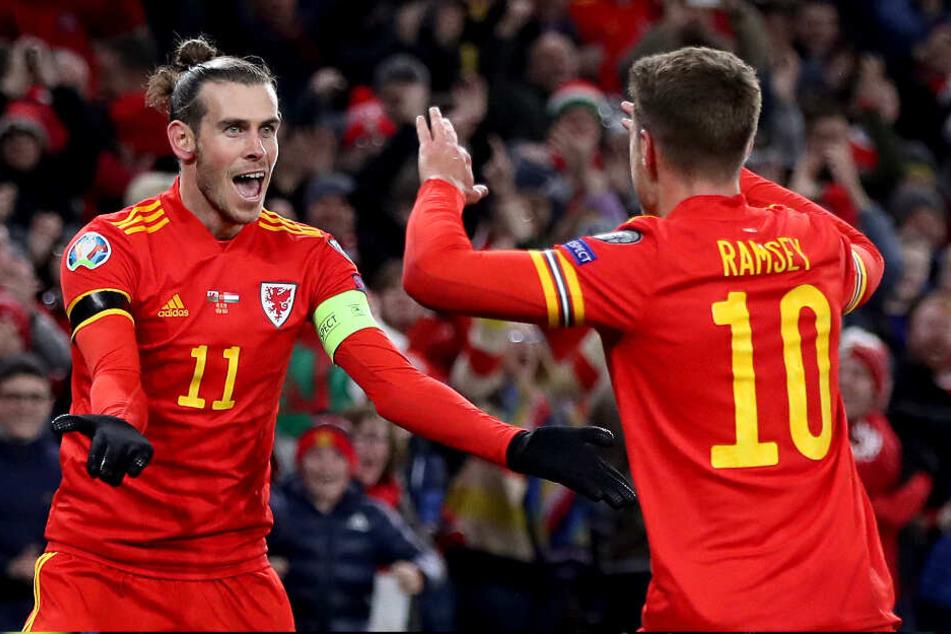 Yes! Bale und Ramsey feiern das 1:0 gegen Ungarn.