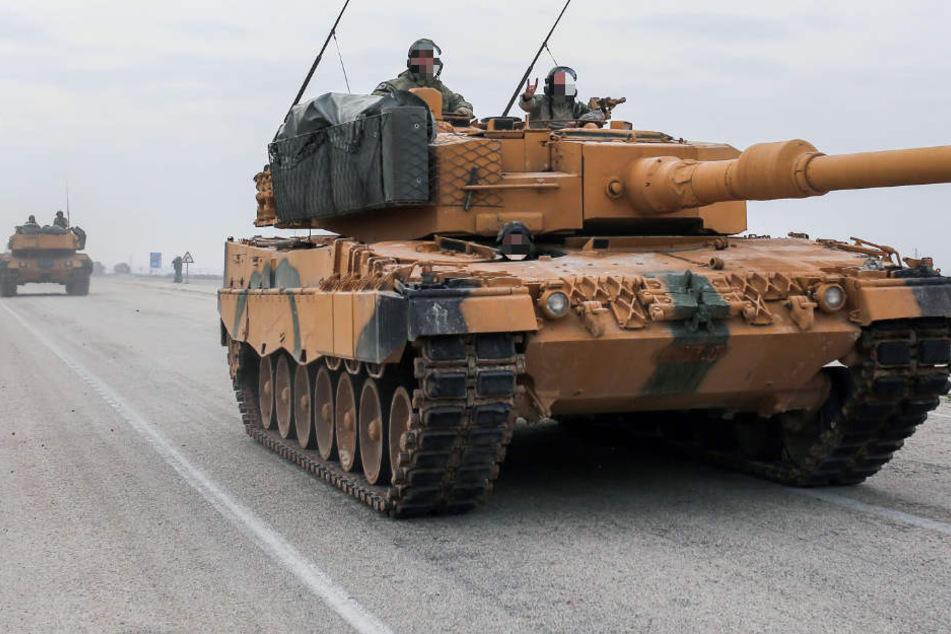 Das Archivbild zeigt einen türkischen Panzer vom Typ Leopard 2A4 in der Nähe der syrischen Grenze.