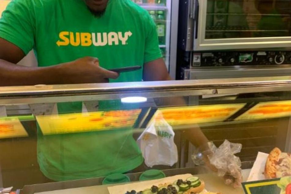 Subway-Mitarbeiter fotografiert belustigt ihre Auswahl.