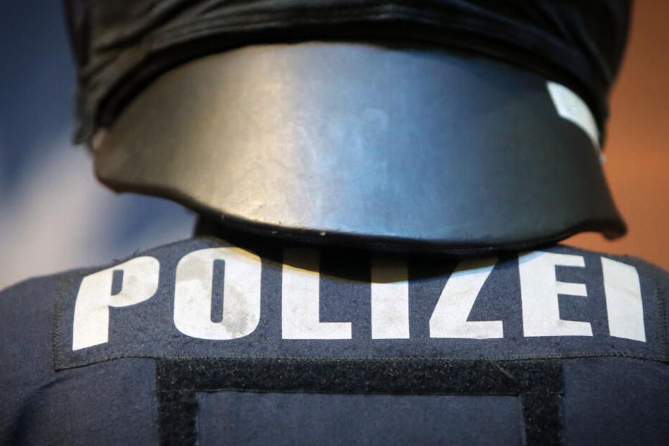 Die Polizei fand die tödlich verletzte Frau in einem Hausflur. (Symbolbild)