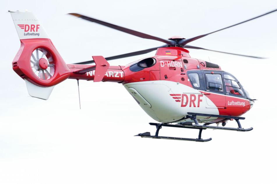Eine schwer verletzte Frau musste mit einem Rettungshubschrauber in eine Klinik geflogen werden. (Symbolbild)