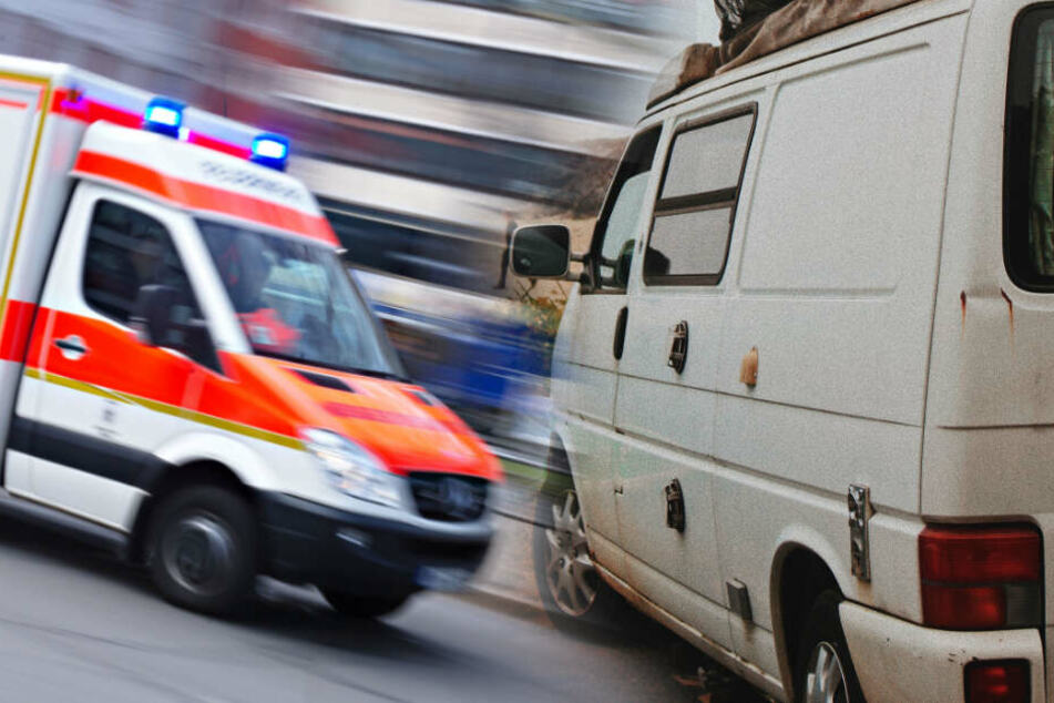 Zwei Menschen wurden verletzt, als sie aus einem VW-Bus fielen. (Symbolbild/ Fotomontage)