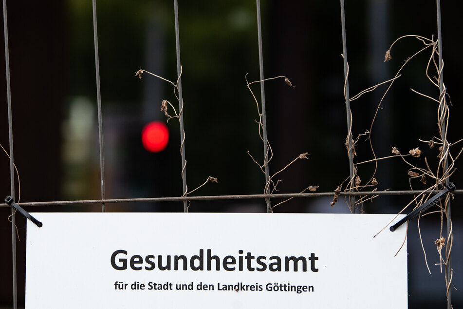 Nach einem Corona-Ausbruch im Zusammenhang mit mehreren Feiern in Göttingen befinden sich 160 Menschen in Quarantäne, darunter 57 Kinder und Jugendliche.