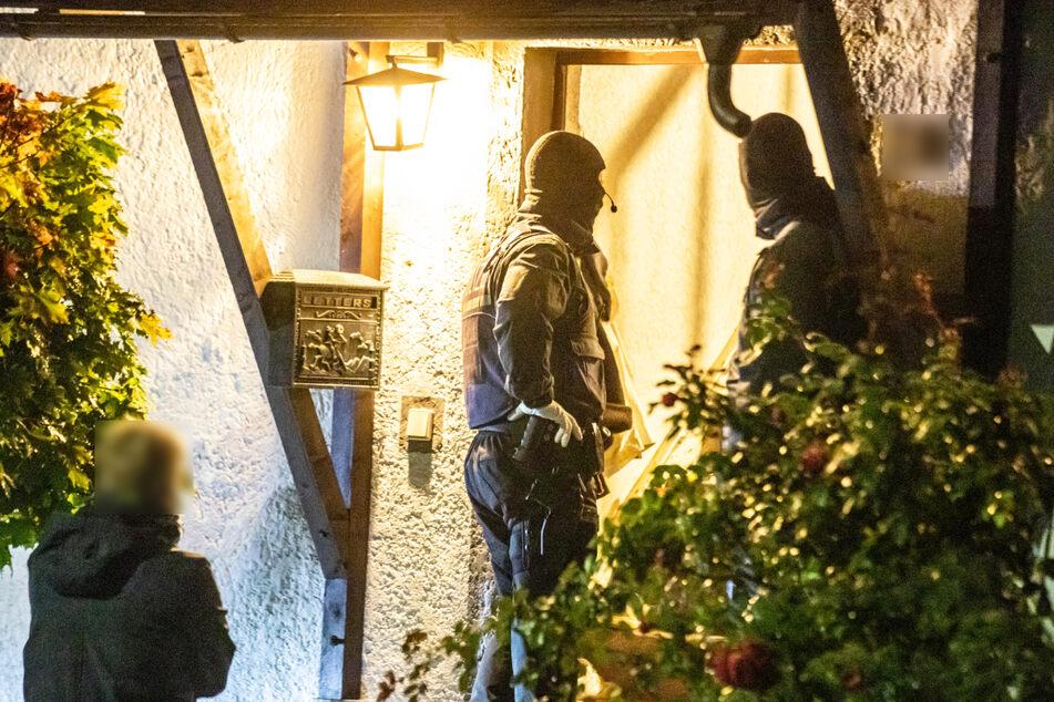 SEK-Beamte stehen an einer Haustüre in Backnang.