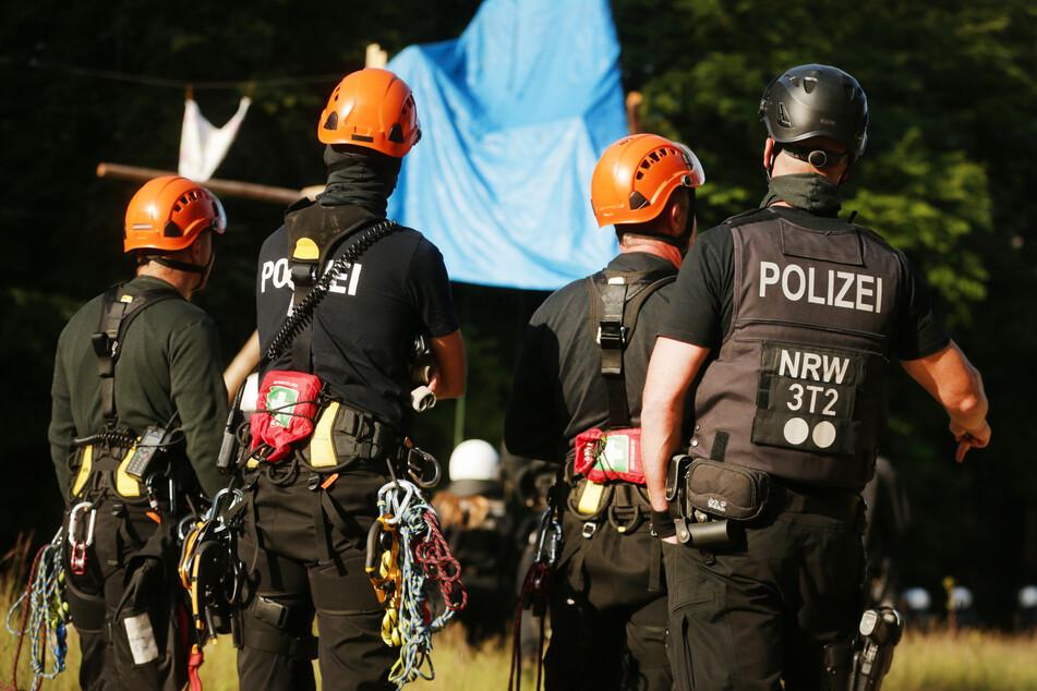 Mehrere Polizei-Hundertschaften im Hambacher Forst im Einsatz