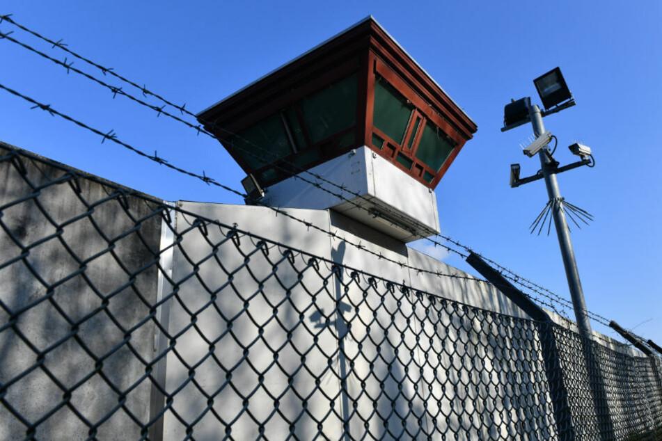 Blick auf die Justizvollzugsanstalt Tegel. Aufgrund der Corona-Krise müssen Menschen, die wegen nicht gezahlter Geldstrafen hinter Gitter müssten, ihre Haft vorerst nicht antreten. (Symbolfoto)