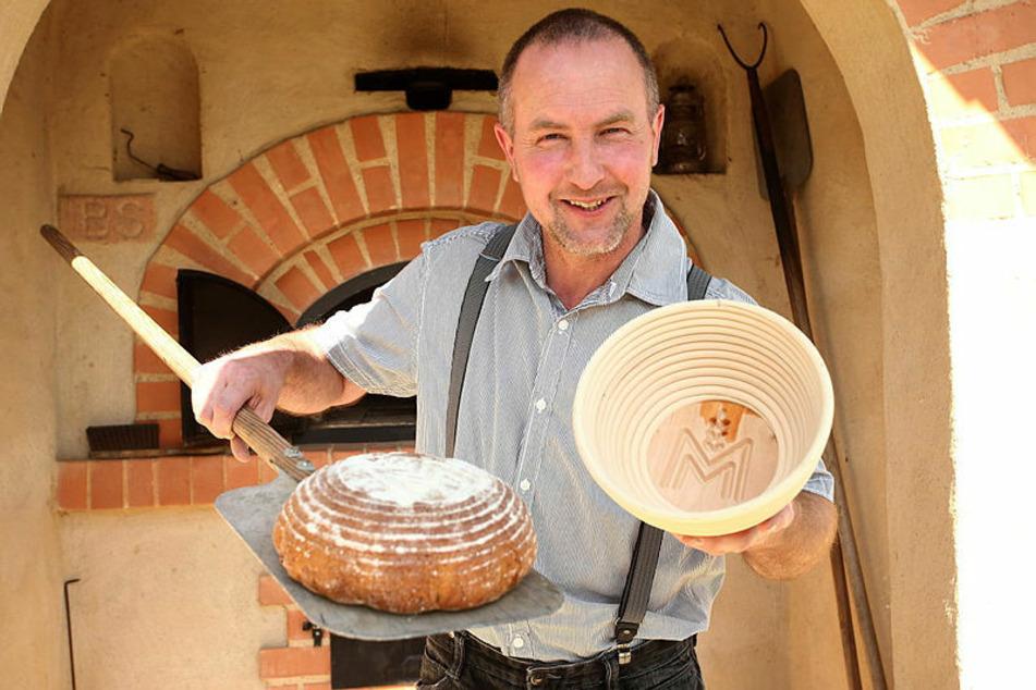 So muss ein Brot aussehen: Timo Pfütze (53) mit einem - dank Gärkorb - knusprig-frischen Laib aus dem Ofen.