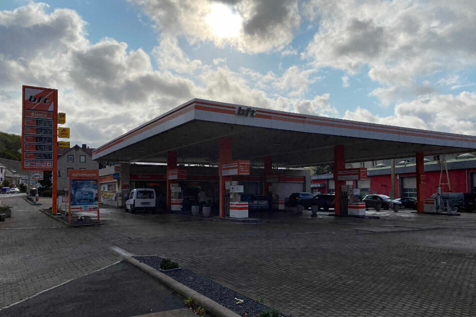 Leblose Person an Tankstelle aufgefunden