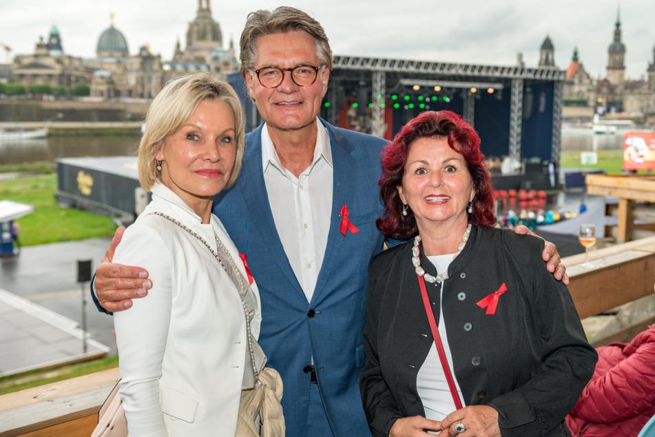Ulrike und Peter Escher (67) freuen sich mit Hope-Initiatorin Viola Klein (62) über das Spendenergebnis.