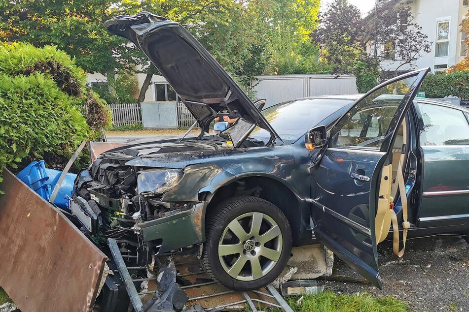 Ein Mann (†62) hat im Münchner Stadtteil Obermenzing während einer Fahrt mit seinem Auto das Bewusstsein verloren und einen Unfall gebaut.