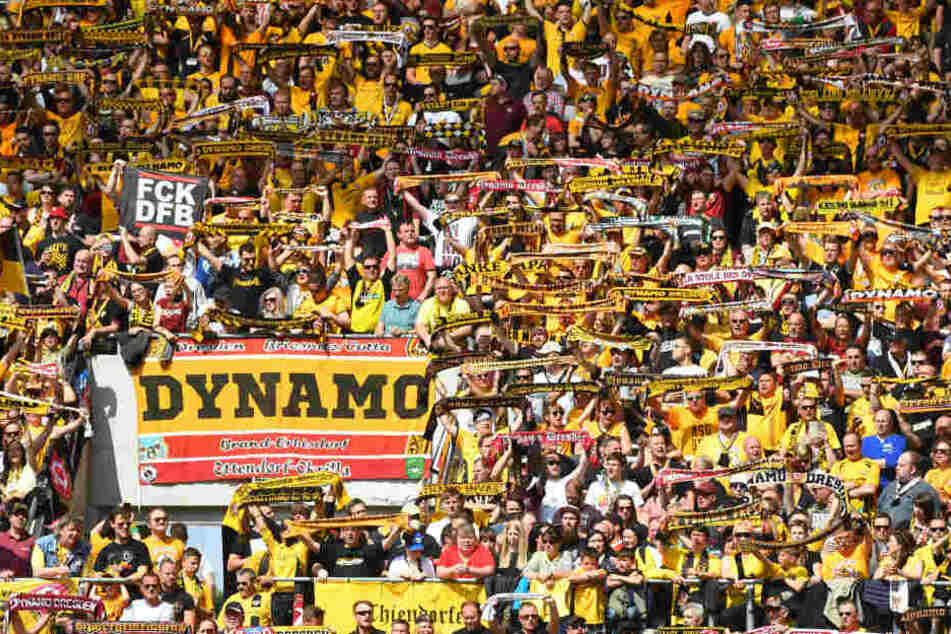 Wenn es nach Sachsens Innenminister geht, sollen Stehplätze, wie hier im K-Block bei Dynamo, bei Risikospielen abgeschafft werden.