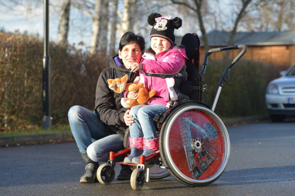 Wegen einer seltenen Krankheit ist die 6-Jährige meist auf einen Rollstuhl angewiesen.