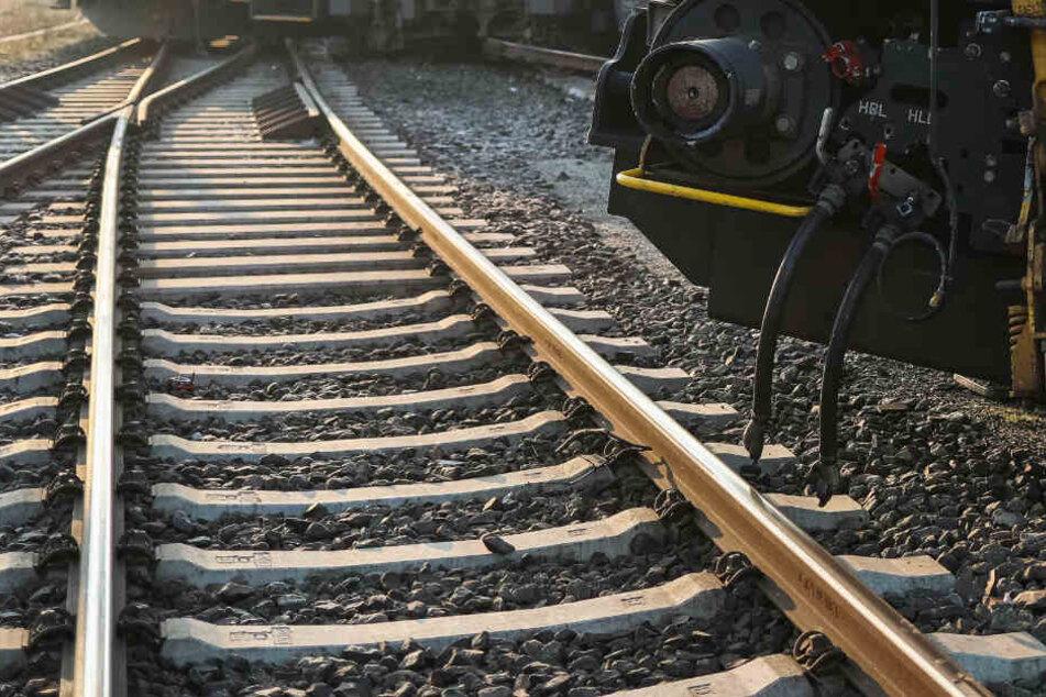 Ein Güterzug ist auf der Strecke zwischen Augsburg und Nürnberg entgleist und hat dabei die Oberleitungen beschädigt. (Symbolbild)