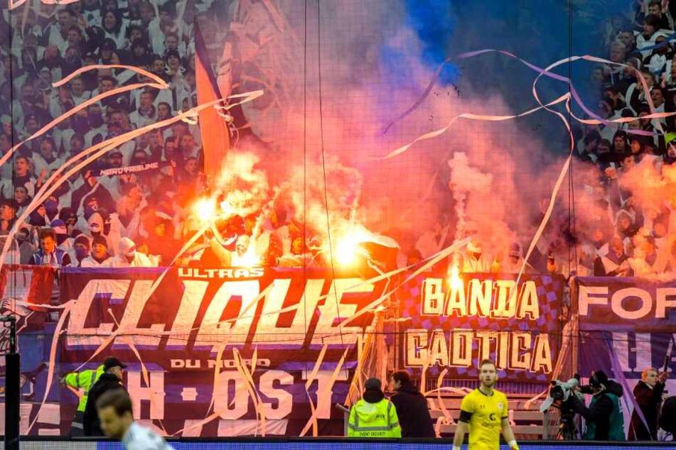 Fans des Hamburger SV brennen Pyrotechnik ab.