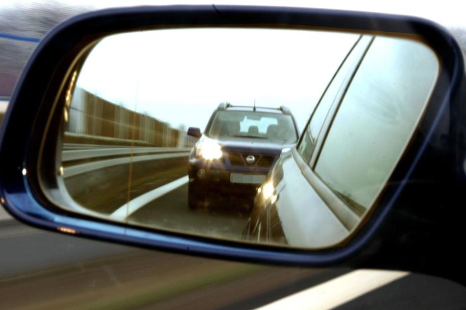 Der Mann überholte einen anderen Wagen, krachte dann mit einem entgegenkommenden Pkw zusammen. (Symbolbild)