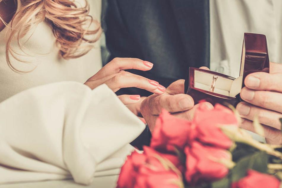 Zunächst war die Freude groß. Bis die Braut in spe die Quittung für den Ring sah..