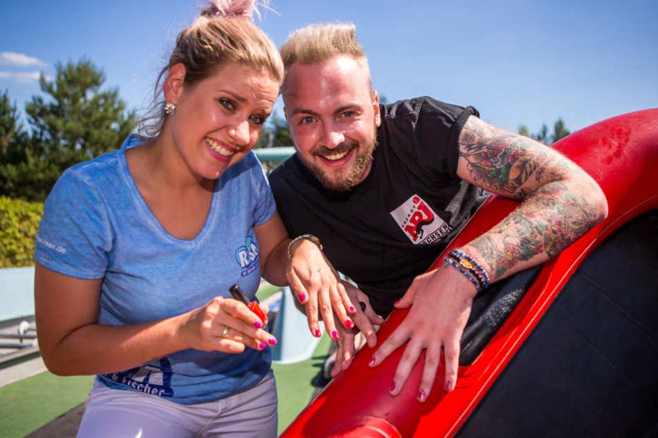 Mit seiner Frau Lena (36, l.) von R.SA wird Energy-Sachsen-Moderator Julian Mengler (31) für einen Werbedreh vor der Kamera stehen. Im Bild: Beim Familienduell im Freizeitpark BELANTIS haben sich beide 2016 die Fingernägel lackiert.