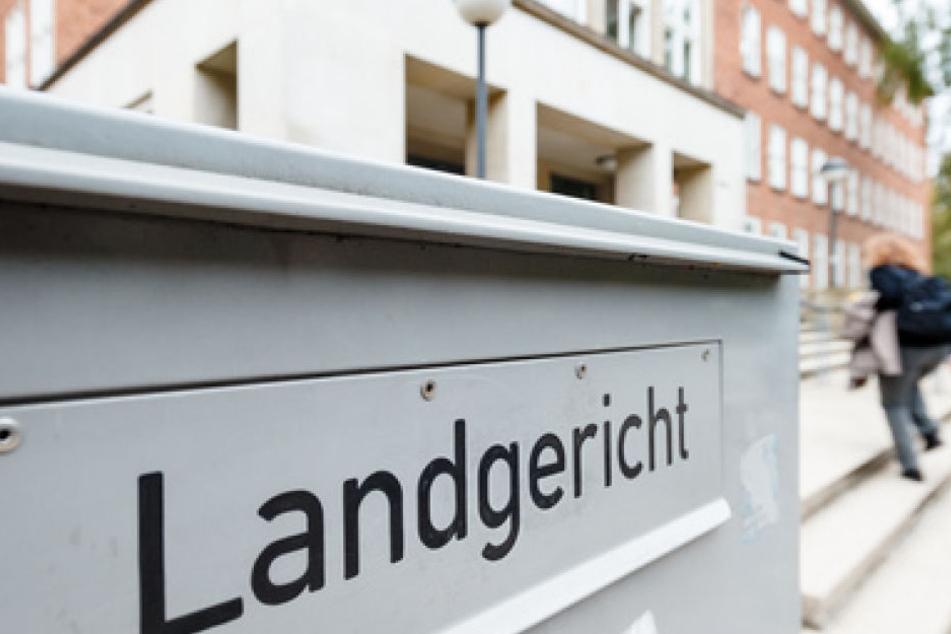 Am Landgericht in Kiel wurde der Prozess um einen Porsche-Fahrer fortgesetzt, der bei voller Fahrt mit einer Schusswaffe auf der A215 auf ein anderes Auto gefeuert hat.