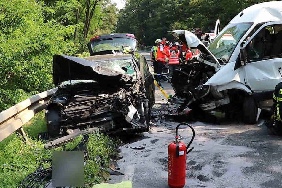 Kein Führerschein: Fahrer flüchtet nach Frontal-Zusammenstoß