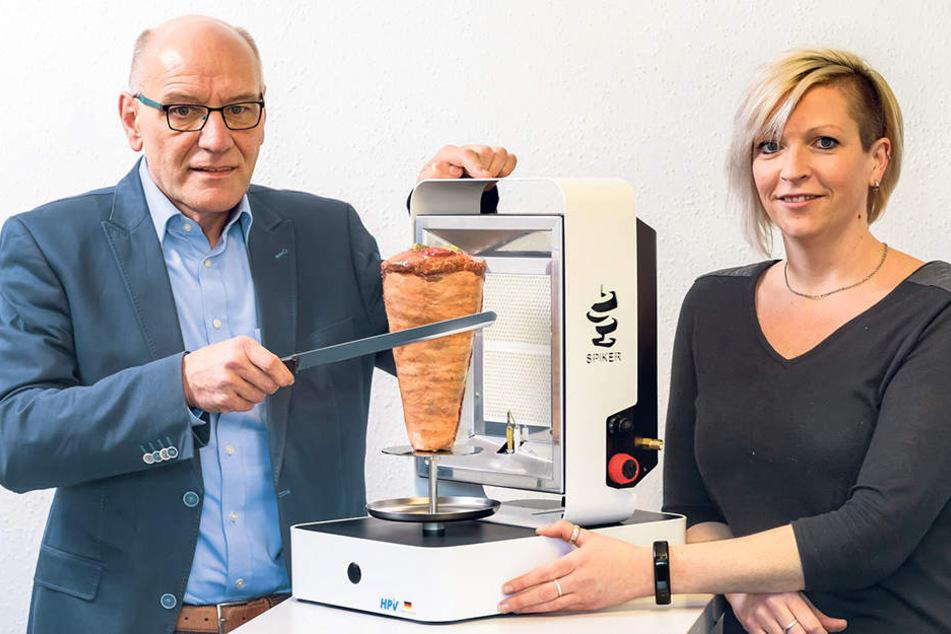 Die Firma HPV aus Heidersdorf im Erzgebirge: Geschäftsführer Hans-Ludwig Niederhausen (60) und Mitarbeiterin Michaela Schmidt (38) mit einem mobilen Dönergrill.
