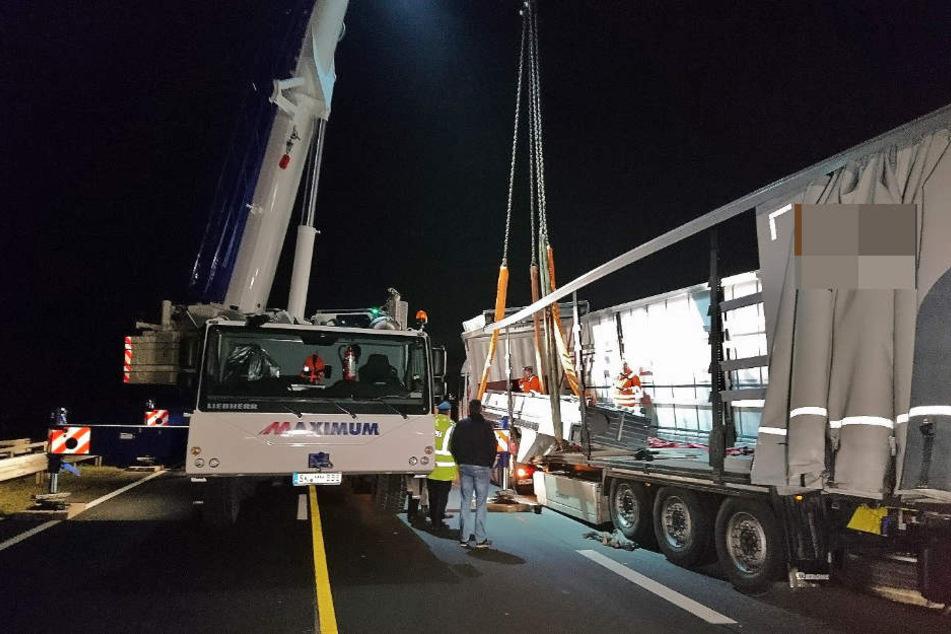 Falsch beladen! 15-Tonnen Ständer sorgt für Vollsperrung auf B4