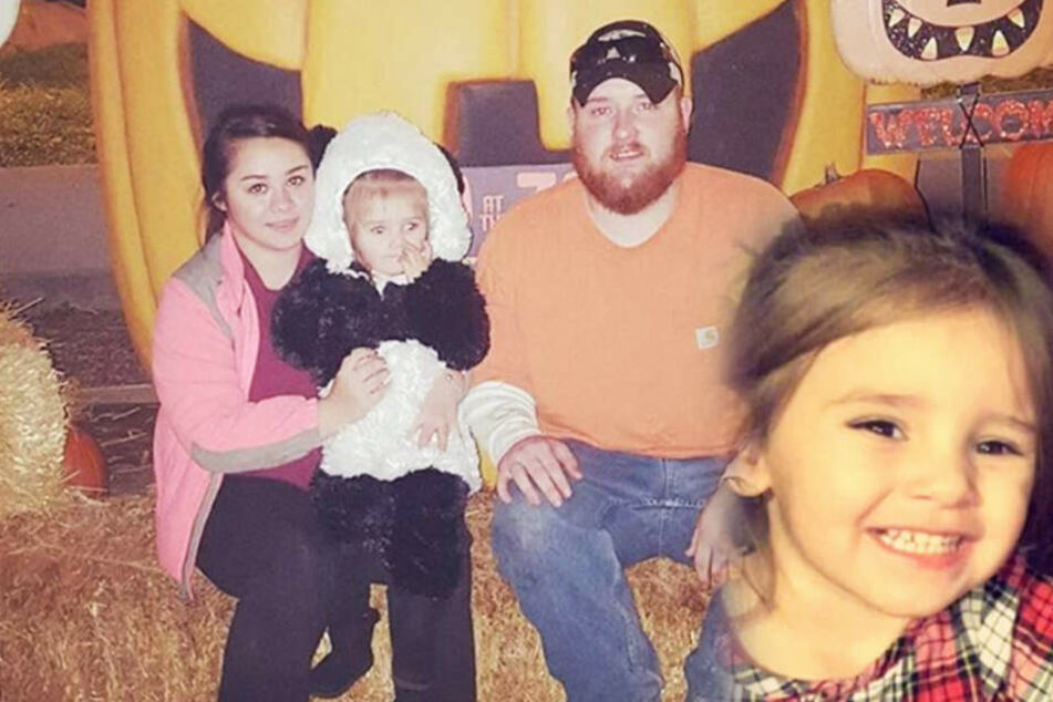 Die Familie mit Layla in den Armen. Jetzt kämpft die kleine nach einer Virusgrippe ums Überleben.