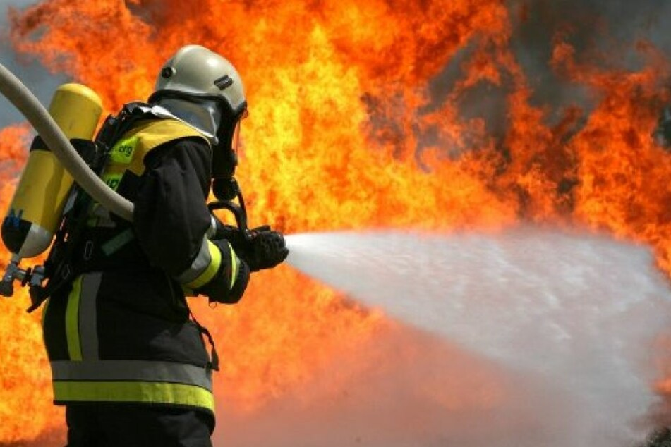 Die Feuerwehrmänner versuchten, die Flammen schnell unter Kontrolle zu bekommen. Dennoch entstand ein Sachschaden von 200.000 Euro. (Symbolbild)