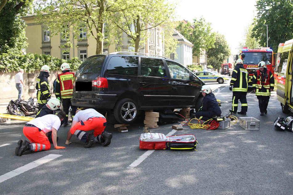 Wettlauf gegen die Zeit: Zahlreiche Helfer kämpften um die rechtzeige Befreiung des Mannes und bockten dafür den VW kompliziert auf.
