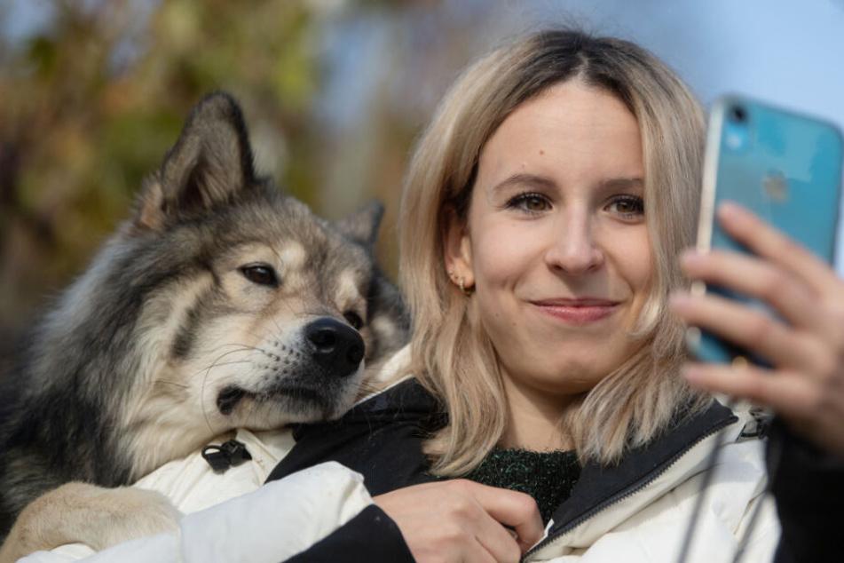 Nicole Lenhardt macht ein Selfie mit ihrem Hund.