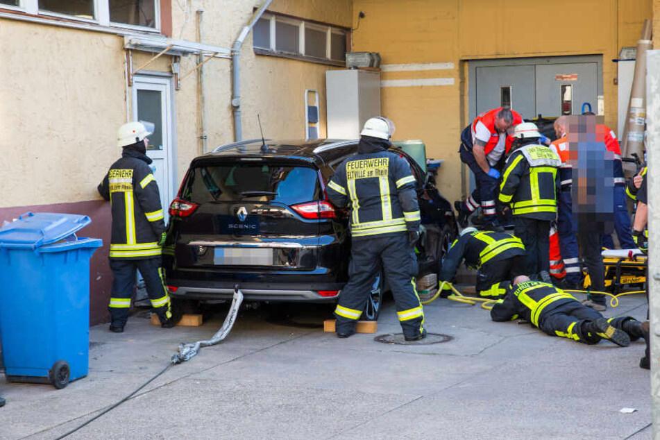Feuerwehrleute versuchen die Frau zu befreien.