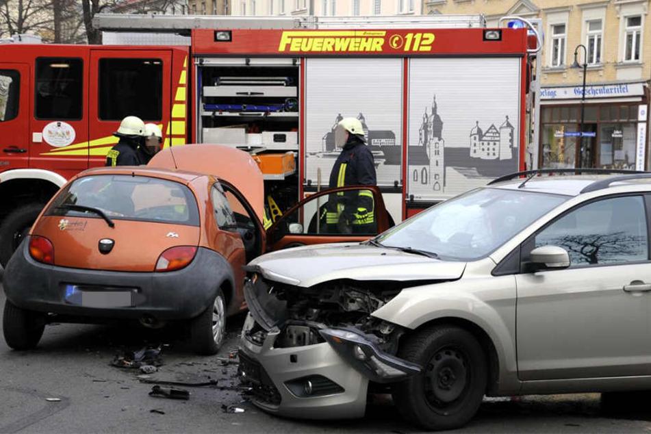 Sowohl der Kombi als auch der Kleinwagen wurden bei dem Crash schwer beschädigt.