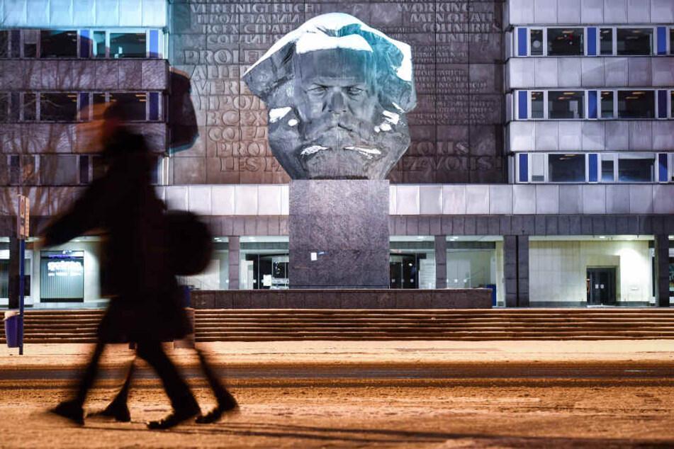 """Grimmig schaut der """"Nischel"""" drein: Chemnitz hat das größte  Karl-Marx-Monument - aber die Stadt noch keinen Plan, wie der 200.  Geburtstag des Denkers am 5. Mai gefeiert werden soll."""
