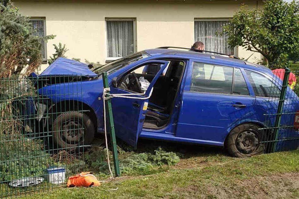 Das Auto blieb an einem Baum stehen.