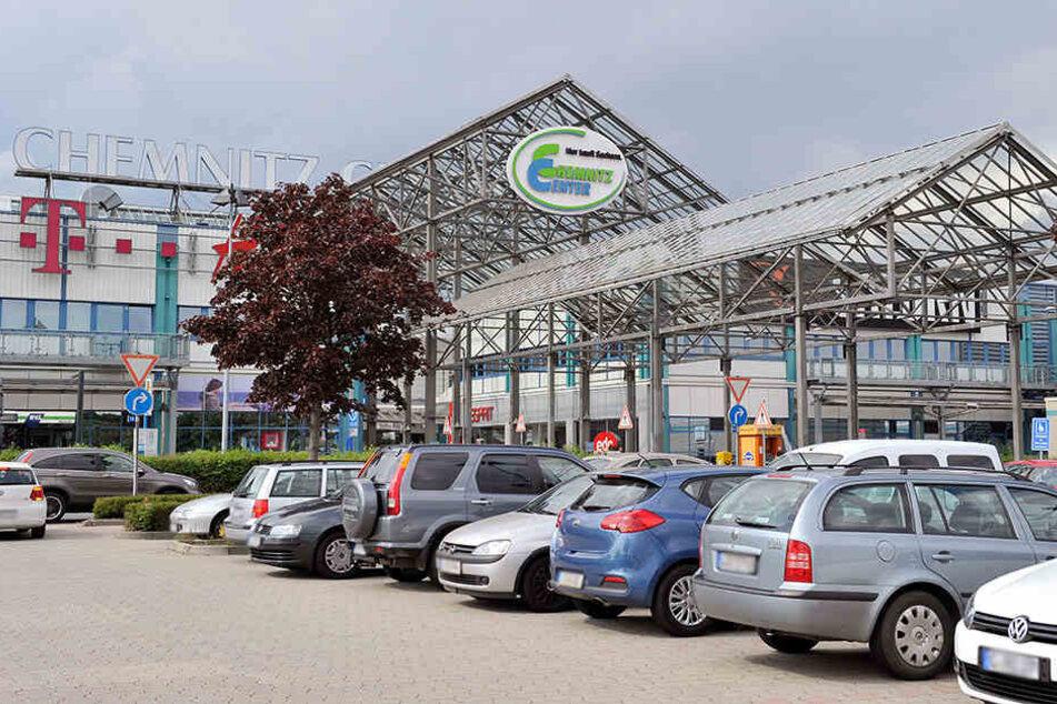 Auf dem Parkplatz des Chemnitz Centers fuhr der 22-Jährige gegen einen Baum (Symbolbild).