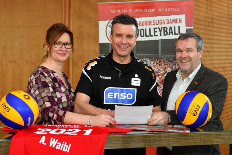 Alexander Waibl (hier bei seiner Vertragsverlängerung bis 2021) bekommt auch weiter das Vertrauen beim Dresdner SC. Der Vorstand steht hinter ihm.