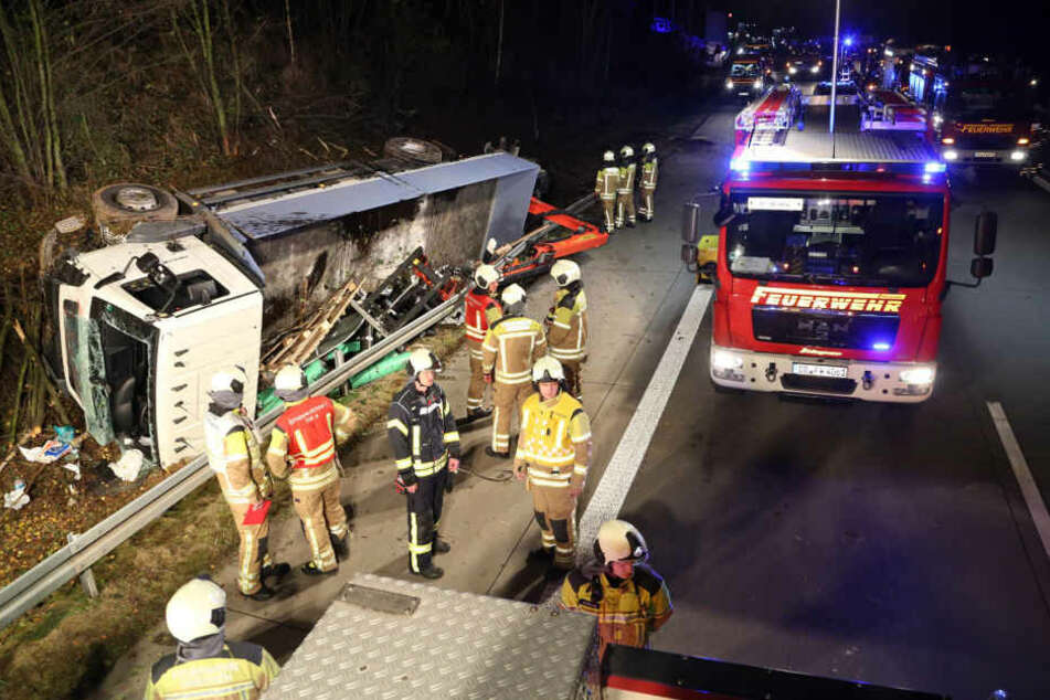 Der Lkw durchbrach die Leitplanke auf der A17 und kippte anschließend um.