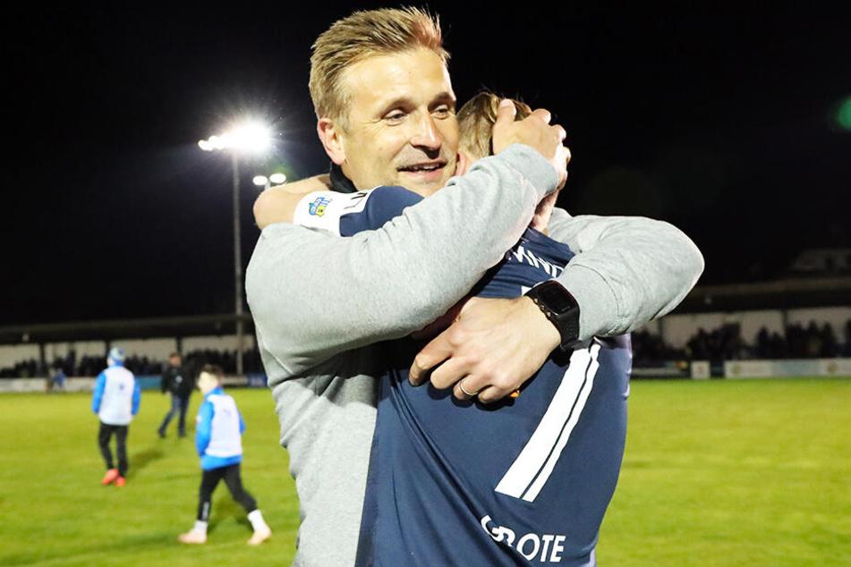 Der Trainer und sein Kapitän: David Bergner (l.) umarmte Dennis Grote.