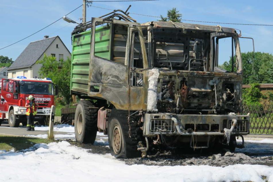 LKW fängt während Fahrt Feuer und fackelt komplett ab
