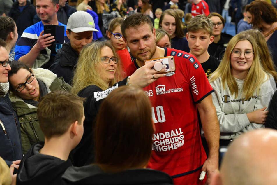"""Beliebtes Fotomotiv nach dem Spiel: Der ehemalige Weltmeister Michael """"Mimi"""" Kraus."""