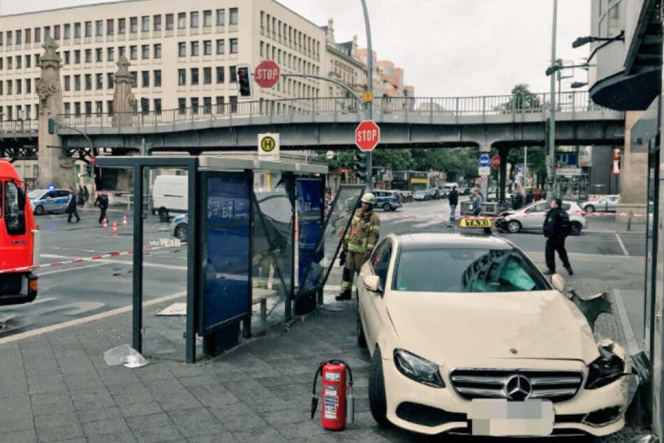 Deutlich zu erkennen: Die zerstörte Bushaltestelle und das gegen die Hauswand geprallte Taxi.