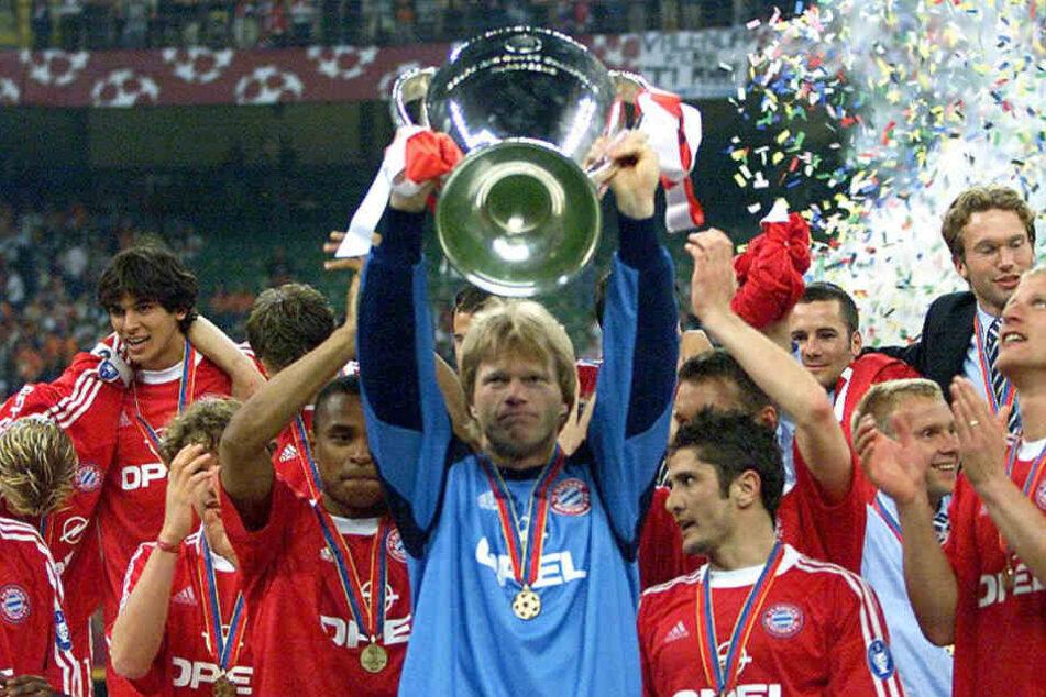 Mailand 2001: Torwart Oliver Kahn (m.) jubelt mit seinen Teamkollegen nach dem Sieg im Champions League Finale gegen FC Valencia.
