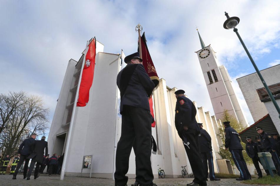 Die Trauerfeier für einen getöteten Feuerwehrmann fand in der Pfarrkirche St. Ägidius in Neusäß statt.