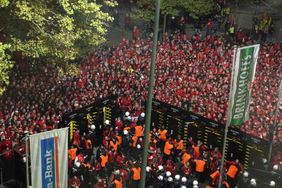 Der Einlass wurde nach dem versuchten Einlassturm kurzzeitig geschlossen. Hunderte Fans mussten davor warten.