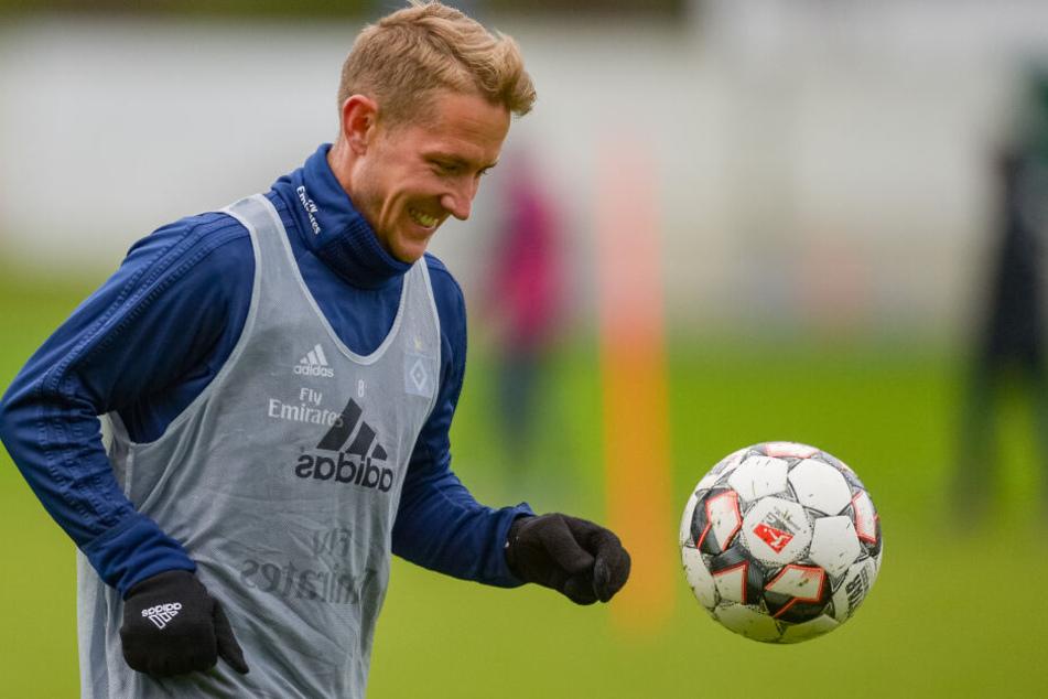 Lewis Holtby dribbelt beim ersten Training des HSV:Jetzt ist er Christian Titz zum Regionalligisten Rot-Weiss Essen gefolgt.