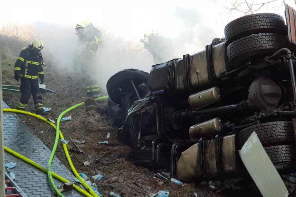 Bei Döbeln war der Lastwagen auf einen Schilderwagen gekracht, hatte die Leitplanke durchbrochen und war auf die S32 gestürzt.