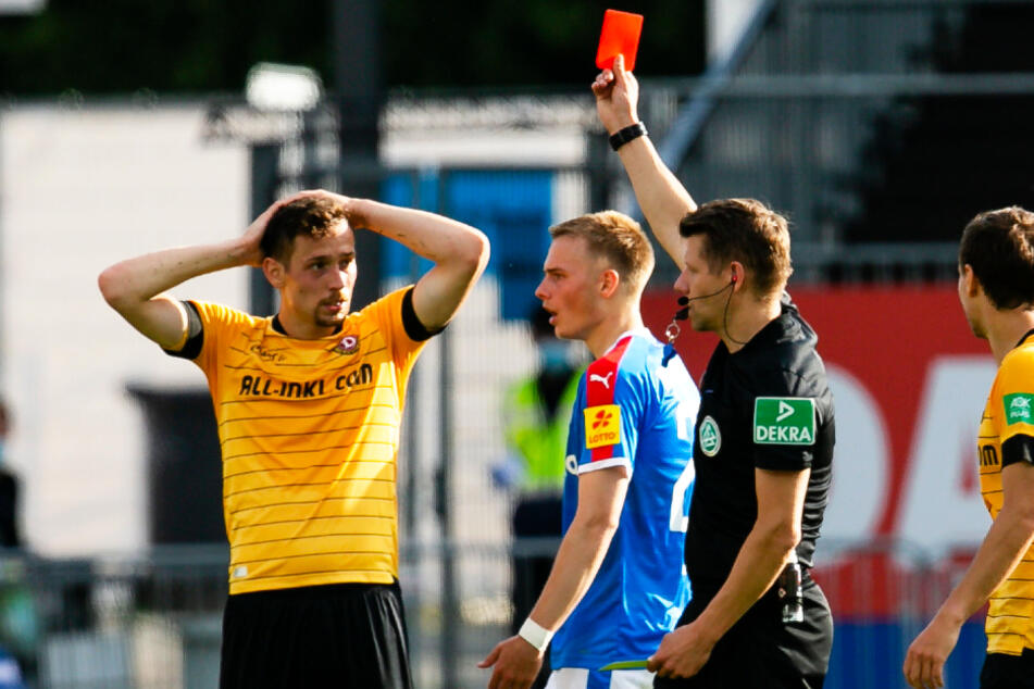 Runter mit dir! Schiri Patrick Ittrich zeigte Jannik Müller die Gelb-Rote Karte.
