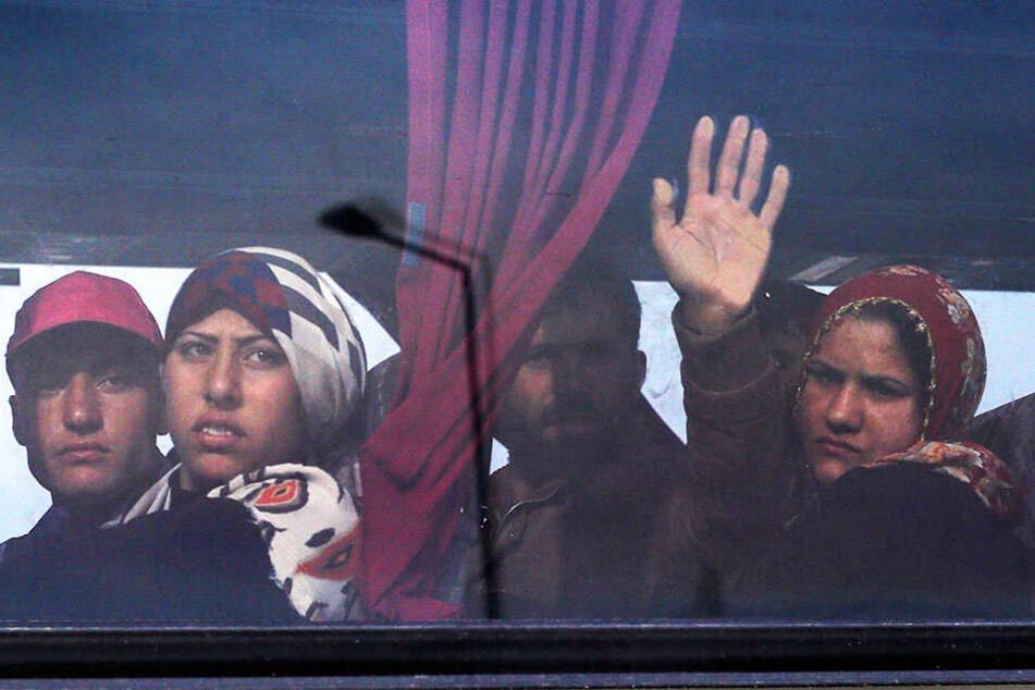 Nachdem sie aus dem Bus ausstiegen, wurden mehrere weibliche Flüchtlinge sexuell belästigt.
