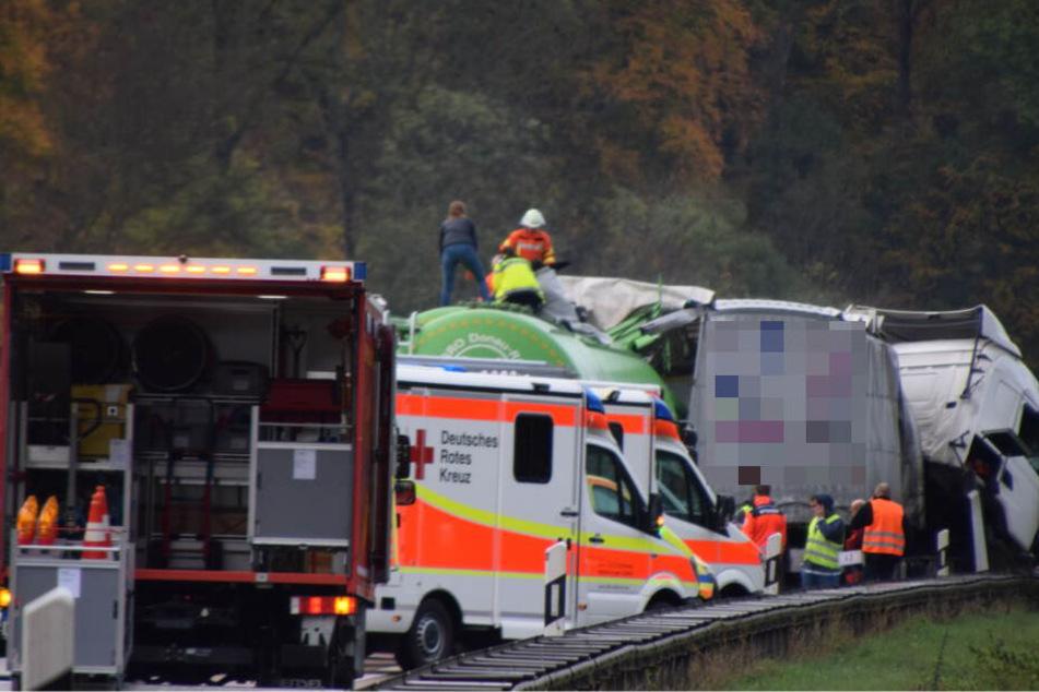 Zwei Menschen sollen bei dem Auffahrunfall am Stauende schwer verletzt worden sein.